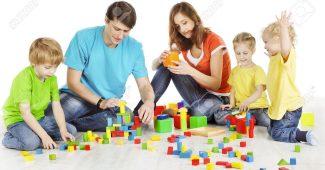 Vaikai žaidžia ir mokosi